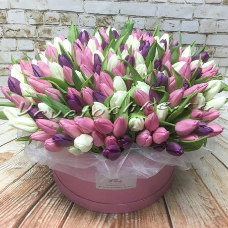 доставка цветов Москва, цветы Москва, купить цветы в Москве, цветы недорого Москва, заказать цветы Москва, цветы, Москва, доставка, букет, коробка, коробка тюльпанов, тюльпаны, разноцветные тюльпаны, шляпная коробка тюльпанов