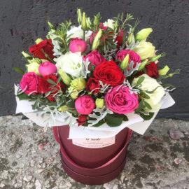 доставка цветов Москва, цветы Москва, купить цветы в Москве, цветы недорого Москва, заказать цветы Москва, цветы, Москва, доставка, букет, коробка, шляпная коробка, роза, кустовая роза, красная роза, эустома, цинерария